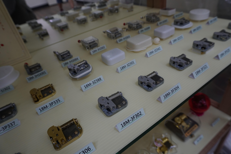 各種機芯展示在架子上