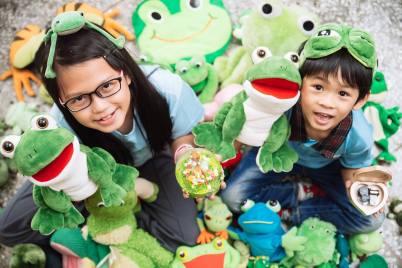 音樂青蛙的孩子被青蛙包圍