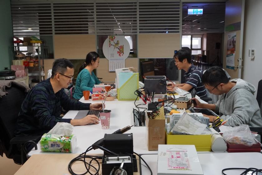 哲庭與書鴻在306辦公室工作中