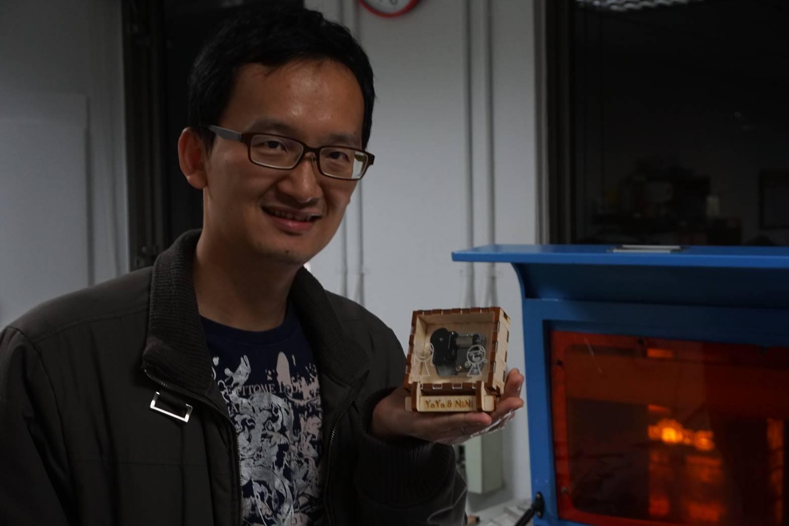 書鴻參加雷雕音樂盒課程製作音樂盒給女兒
