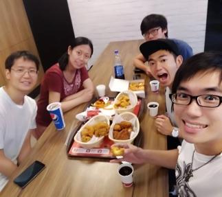 團隊慶功宴午餐去辦公室附近吃KFC炸雞後,下午又立刻回辦公室繼續趕工了